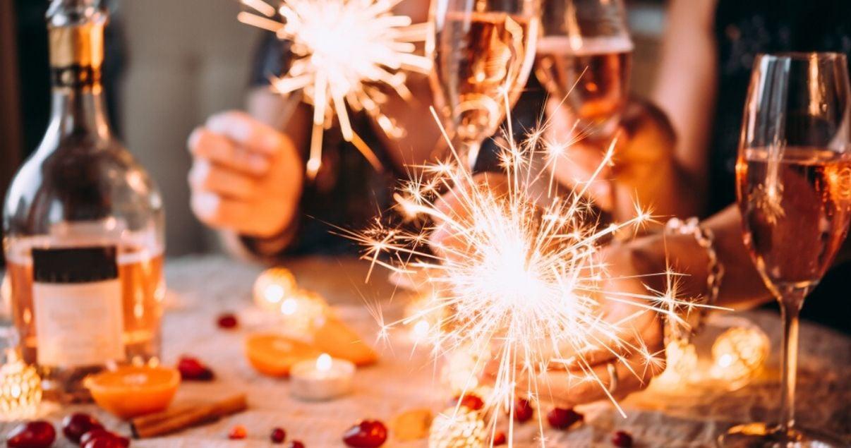 Brindis con champagne en año nuevo utilizando vocabulario en inglés