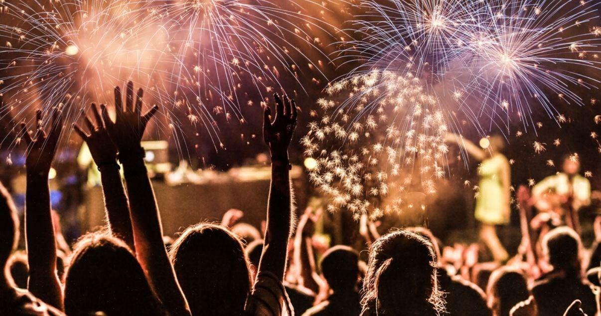 Festejo con fuegos artificiales utilizando vocabulario en inglés sobre año nuevo