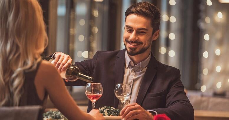 Un hombre y una mujer disfrutando de una comida en inglés