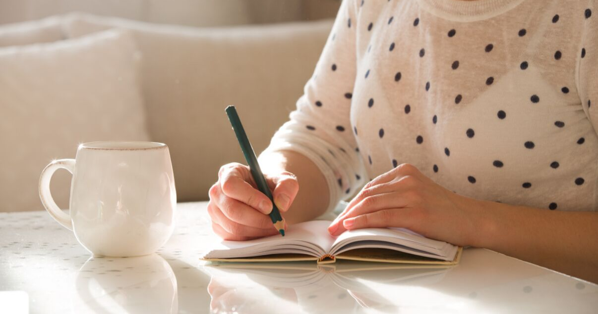 mujer joven con anotador para aprender inglés