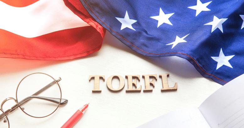 Bandera de estados unidos. Anteojos y TOEFL examen de inglés