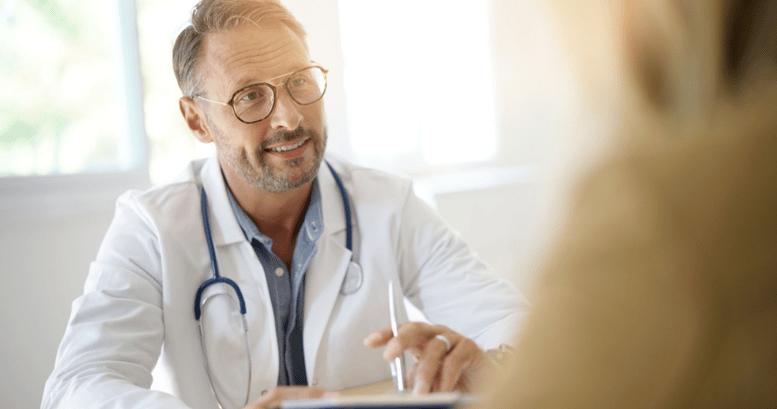 Doctor con un paciente utilizando vocabulario en inglés médico.