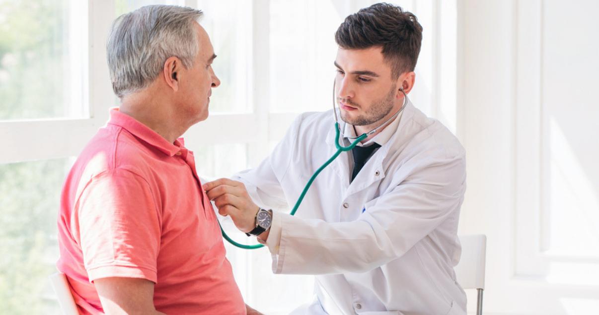 Doctor y paciente teniendo una consulta médica utilizando vocabulario en inglés.