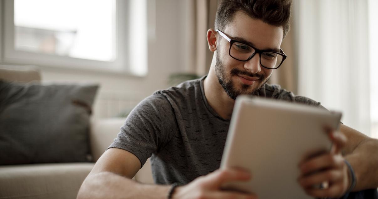 Hombre estudiando vocabulario en inglés desde su computadora