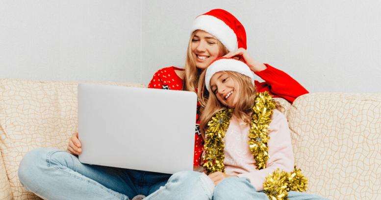 Mujer con su hija aprendiendo inglés con las mejores películas navideñas.