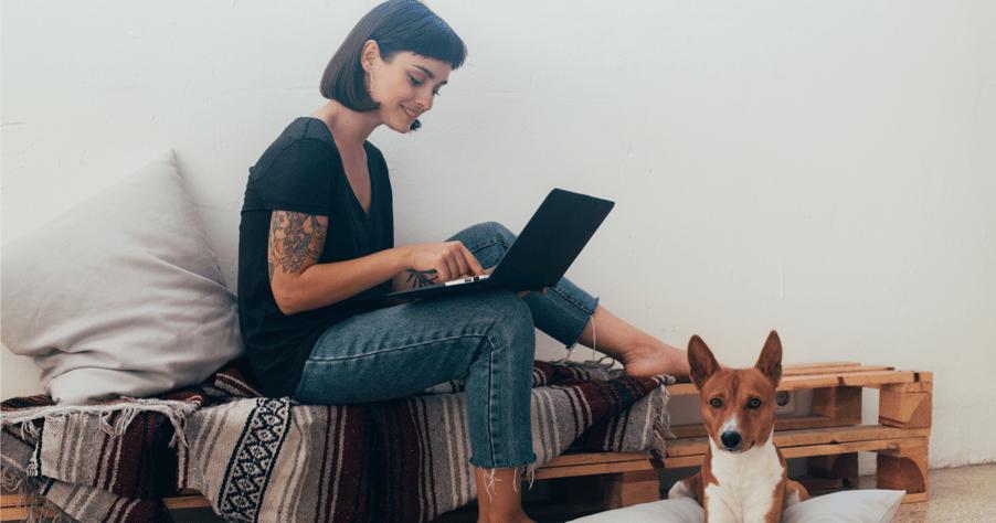 Mujer estudiando gramática en inglés en casa