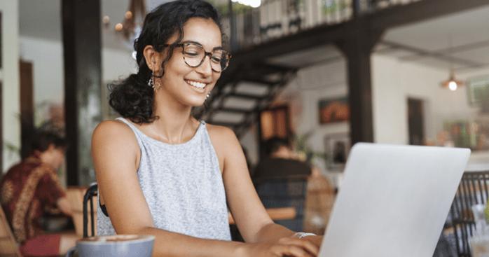 Mujer estudiando vocabulario en inglés desde su computadora