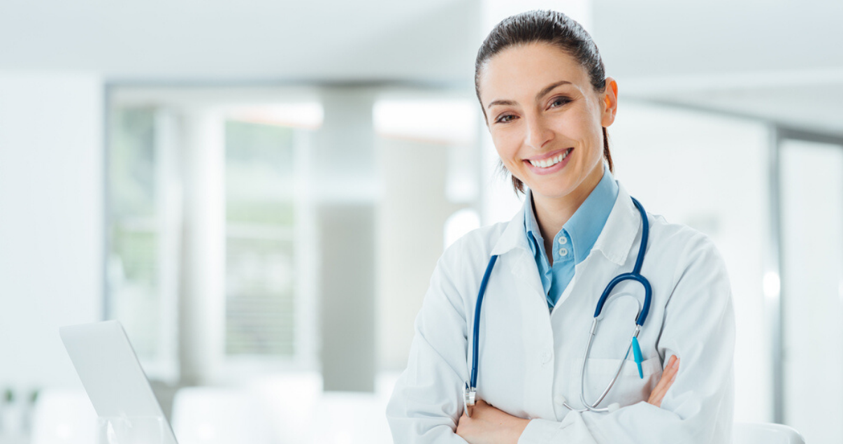 Mujer médica feliz  porque puede ir a convenciones en inglés y hablar inglés con sus pacientes.