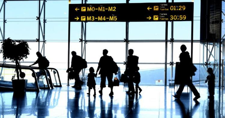 Personas en el aeropuerto utilizando vocabulario en inglés.
