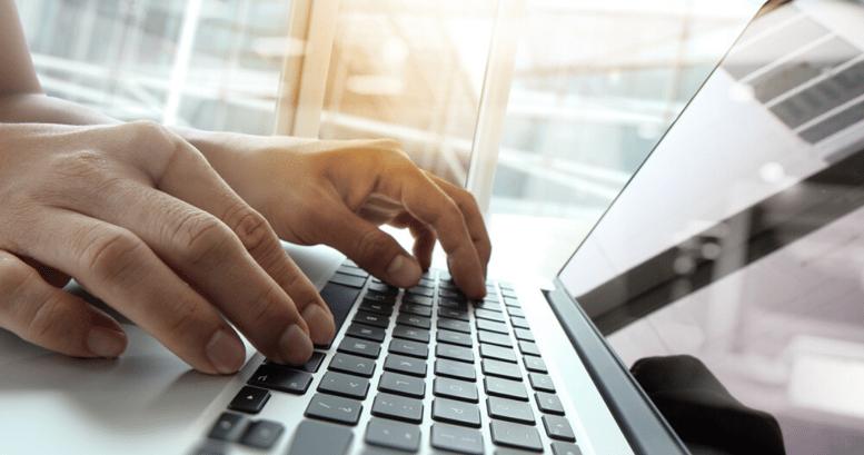 Una laptop utilizada como tecnología para aprender inglés