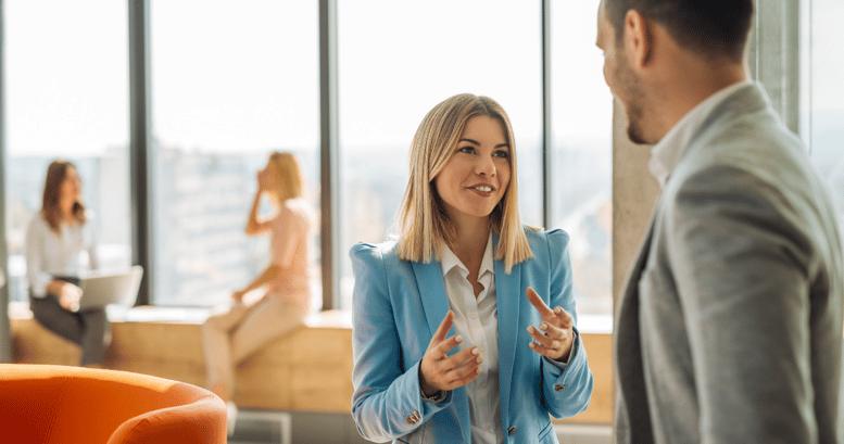 mujer y hombre colegas hablando en ingles para el trabajo en la oficina
